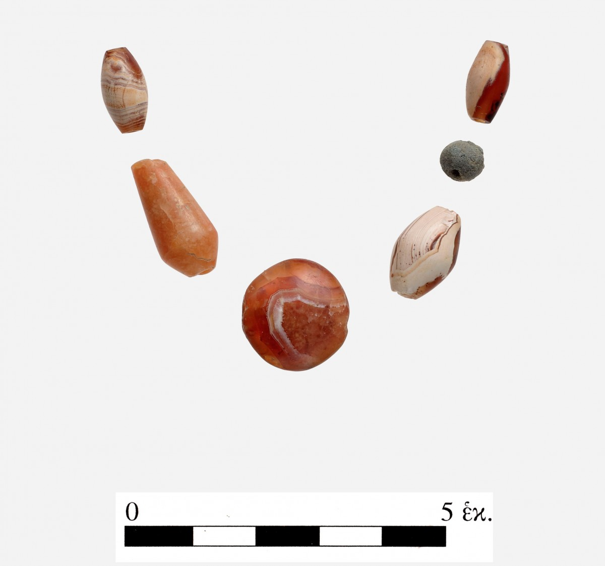 Εικ. 19. Χάντρες από σάρδιο, χλωρίτη και αχάτη που βρέθηκαν στο νοτιότερο τμήμα του Χώρου 19.