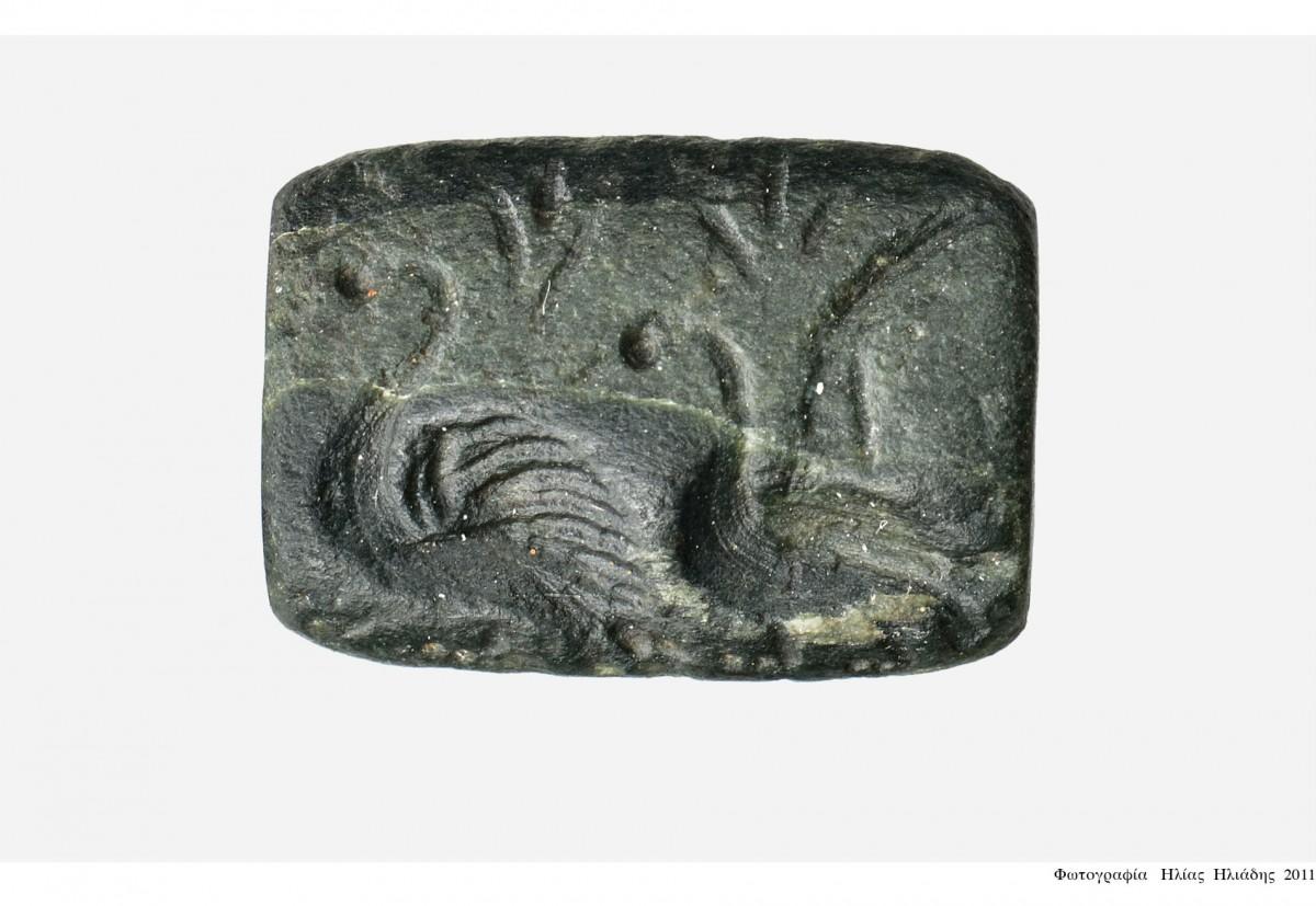 Εικ. 21. Σφραγίδα που εικονίζει δύο υδρόβια πουλιά, από τον Χώρο 28.