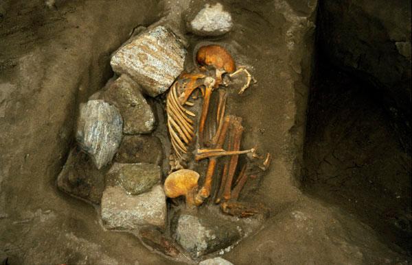 Σκελετοί ενός ζευγαριού ηλικίας 3.000 ετών που βρέθηκαν στη Σκωτία. Τόσο ο άνδρας όσο και η γυναίκα αποτελούνταν από διαφορετικά μέλη άλλων σκελετών.