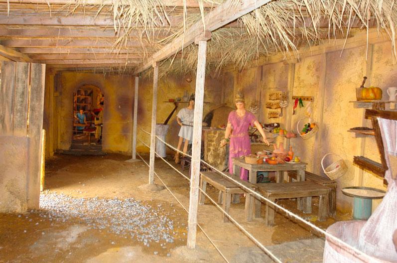 To εκπαιδευτικό θεματικό πάρκο «Αρχαιοελληνικό Αγρόκτημα» περιλαμβάνει αναπαραστάσεις των καθημερινών δραστηριοτήτων ενός αγροκτήματος στην αρχαιότητα.