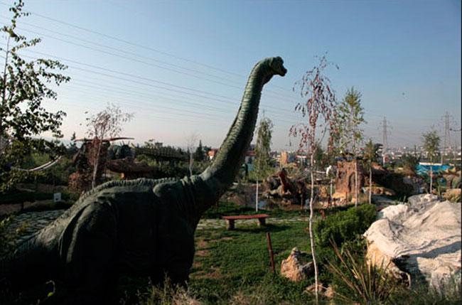 Αναπαραστάσεις δεινοσαύρων από το Περιβαλλοντικό Πάρκο Δεινοσαύρων Ωραιοκάστρου φιλοξενούνται στην Πτολεμαΐδα.