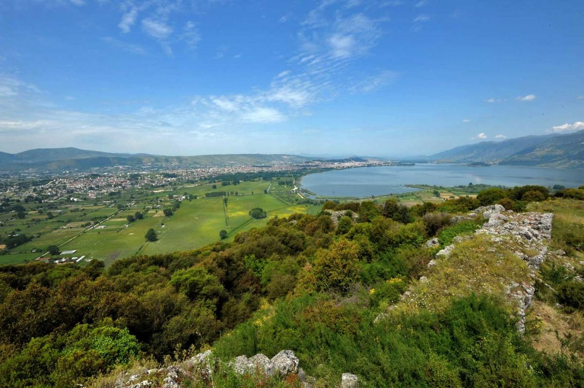 Εικ. 4. Το νότιο τμήμα του λεκανοπεδίου Ιωαννίνων από τα αρχαία τείχη της Καστρίτσας, όπου διακρίνονται η λίμνη Παμβώτιδα και το όρος Μιτσικέλι στα δεξιά, η πόλη των Ιωαννίνων στα αριστερά. (Πηγή: Π. Τσιγκούλης)