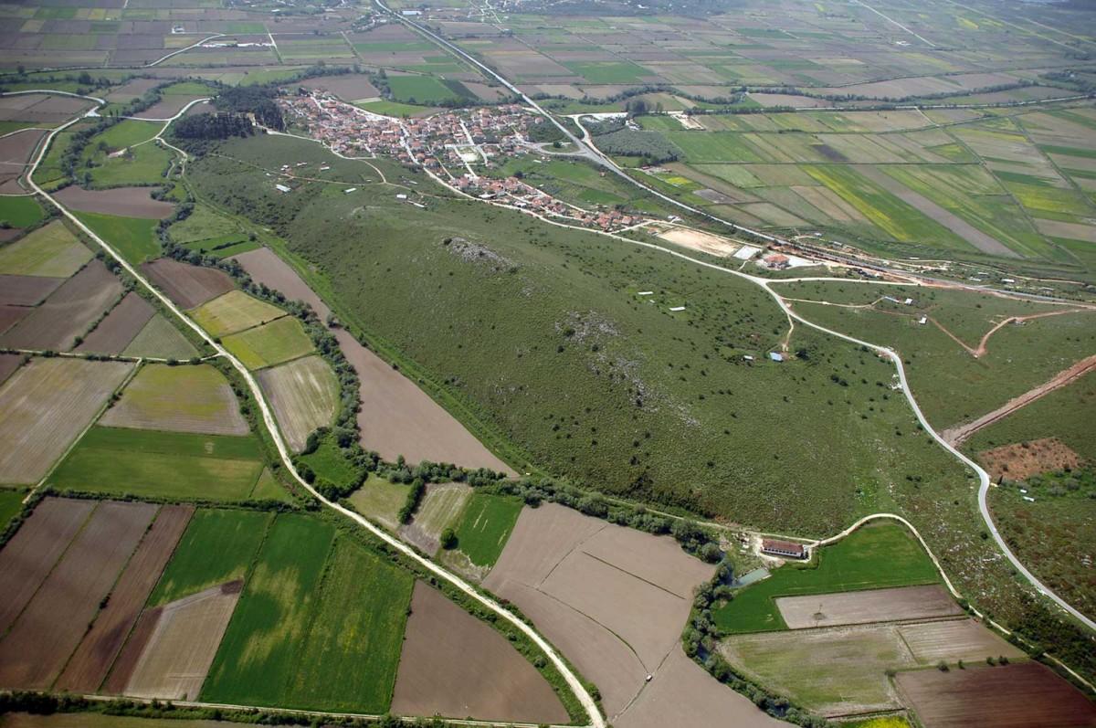 Εικ. 4. Ο χαμηλός λόφος Ξυλόκαστρο με τη μυκηναϊκή ακρόπολη της Εφύρας. (Πηγή: αρχείο ΛΓ΄ ΕΠΚΑ)