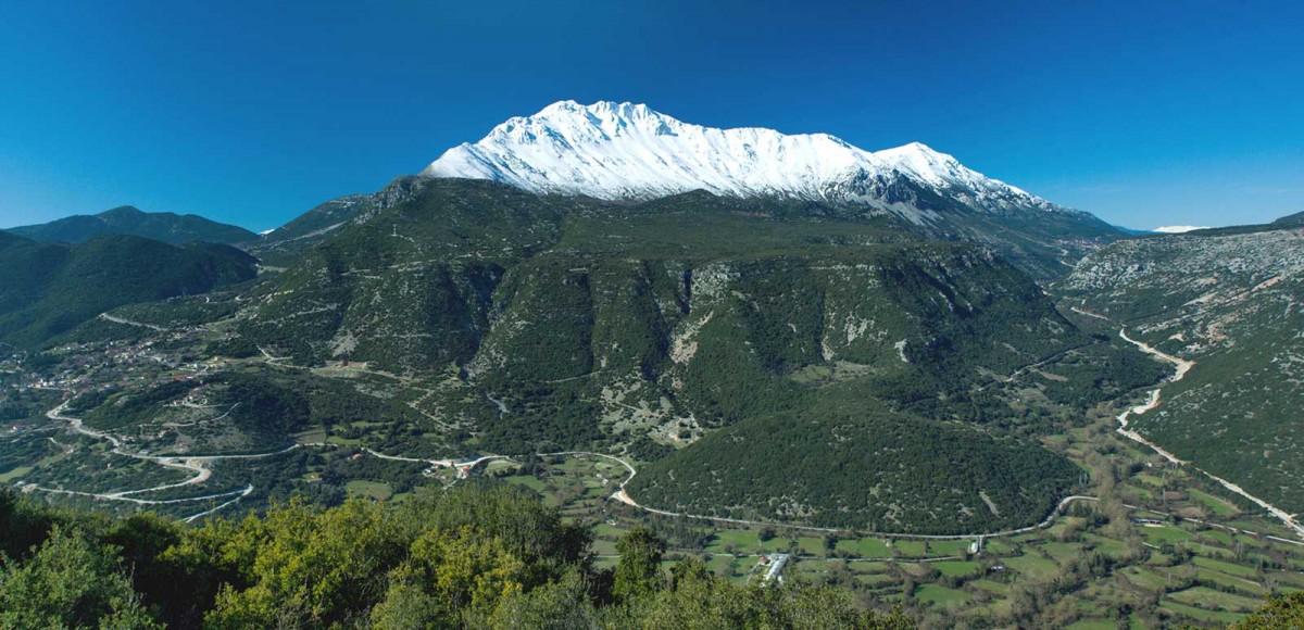 Εικ. 5. Το όρος Ολύτσικα-Τόμαρος με το πέρασμα προς την αρχαία Δωδώνη στα δεξιά. (Πηγή: αρχείο Α.Ι.Η.Σ.)