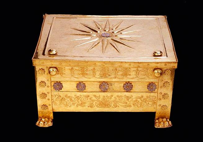 Η λάρνακα που βρέθηκε στον κυρίως θάλαμο του τάφου ΙΙ της Μεγάλης Τούμπας της Βεργίνας και περιείχε τα οστά του Φιλίππου Β'.