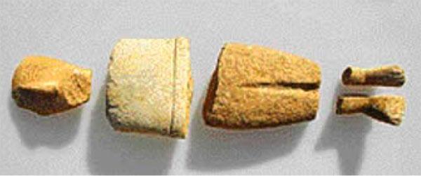Θραύσματα από διαφορετικά μαρμάρινα ειδώλια που βρέθηκαν κατά τις ανασκαφές στον Κάβο Δασκαλιού της Κέρου.