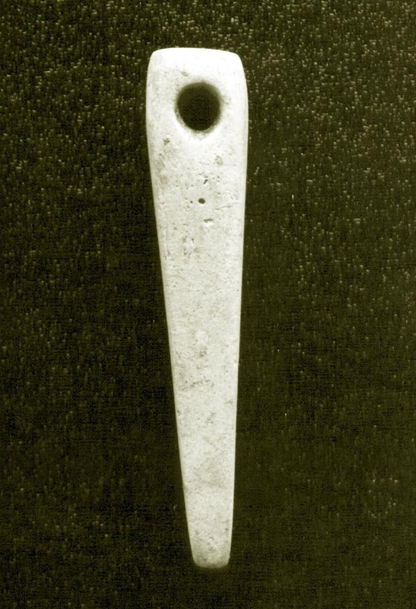 Eικ. 1. Λίθινη ακόνη-περίαπτο από κιβωτιόσχημο τάφο στο Μαζαράκι Ιωαννίνων. (Πηγή: αρχείο ΙΒ΄ ΕΠΚΑ)