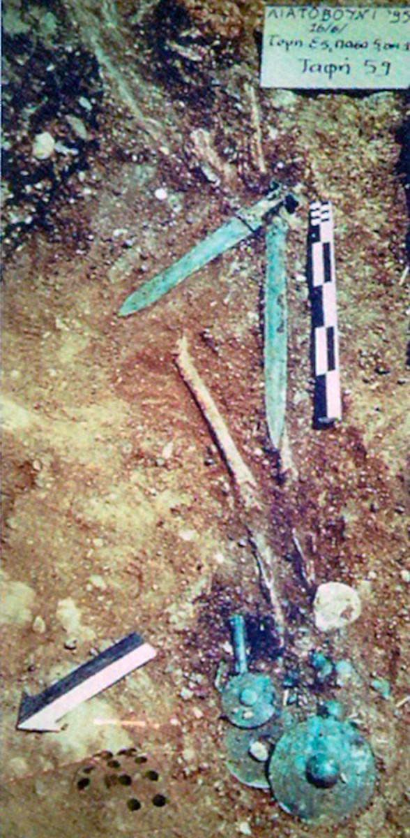 Εικ. 2. Η αντρική λακκοειδής ταφή 59 στο νεκροταφείο του Λιατοβουνίου Κόνιτσας. (Πηγή: Α. Ντούζουγλη)