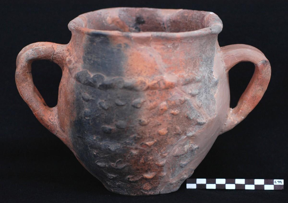 Εικ. 4. Δείγμα χονδροειδούς χειροποίητης κεραμικής με πλαστική διακόσμηση. (Πηγή: αρχείο ΙΒ΄ ΕΠΚΑ)
