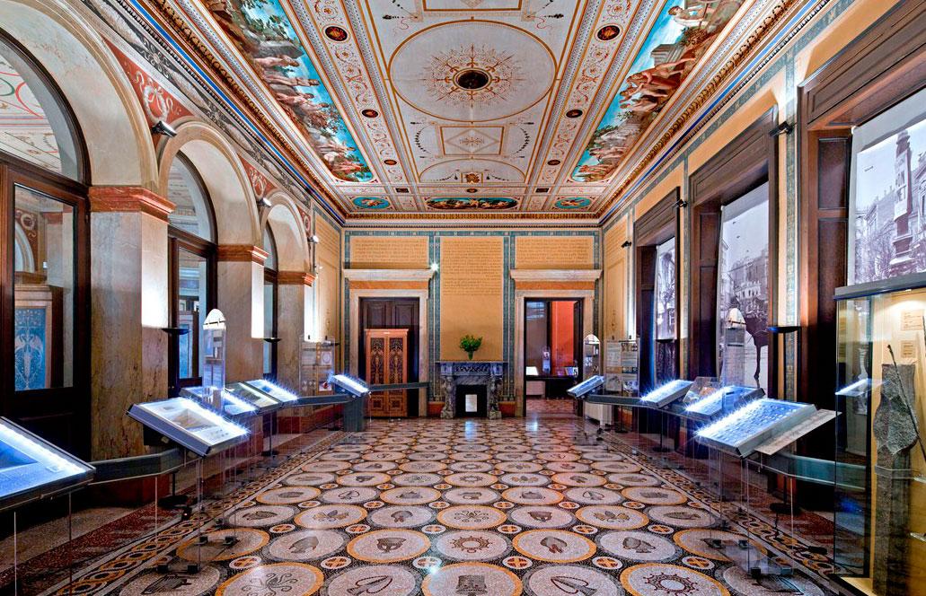 Νομισματικό Μουσείο Αθηνών. Η έκθεση στην αίθουσα των Εσπερίδων.