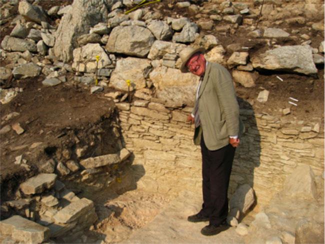 Ο Colin Renfrew στον οικισμό του Δασκαλιού κατά τη διάρκεια της ανασκαφής.