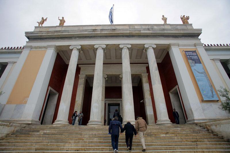 Η είσοδος του Εθνικού Αρχαιολογικού Μουσείου.