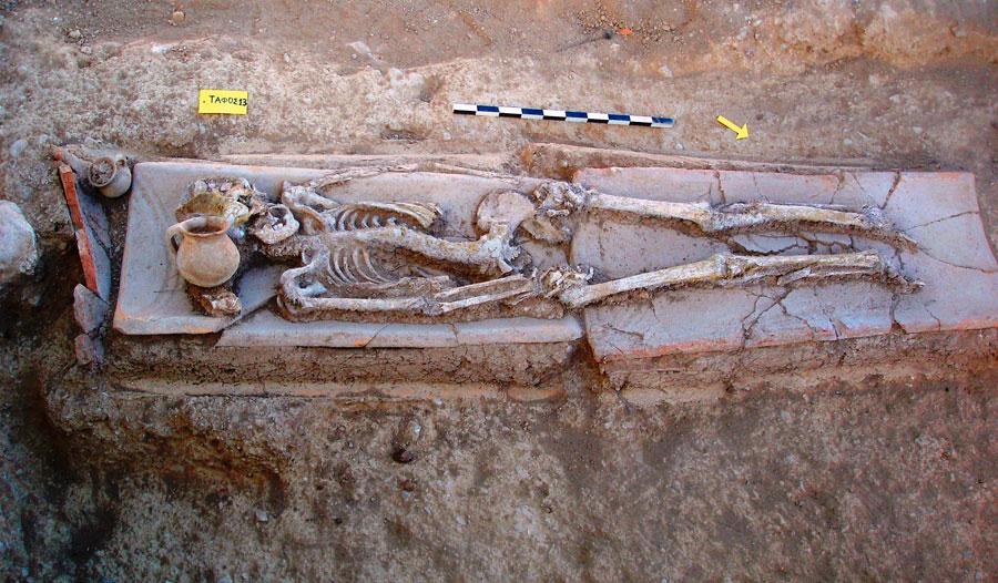 Εικ. 13. Πλάτανος: Κεραμοσκεπής τάφος.