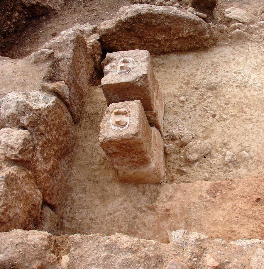 Εικ. 2. Μάρμαρα: Οι βάσεις των δύο μαρμάρινων αγαλμάτων στο εσωτερικό του ναΐσκου.