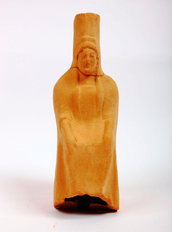Εικ. 4. Μάρμαρα: Πήλινο ειδώλιο γυναικείας καθιστής μορφής με πόλο.