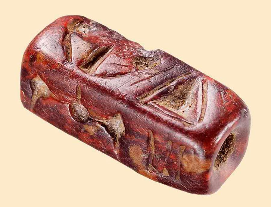 Εικ. 5. Παλαιοανακτορική λίθινη τετράπλευρη σφραγίδα, η οποία φέρει εγχάρακτα σημεία της μινωικής ιερογλυφικής γραφής και στις τέσσερις επιφάνειές της.