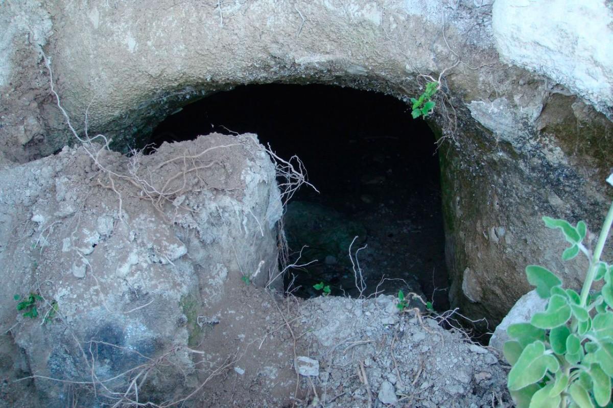 Εικ. 11. Σπηλαιώδης λαξευτός τάφος στα «Περισσάκια» (φωτ. Γ. Κανακάκης).