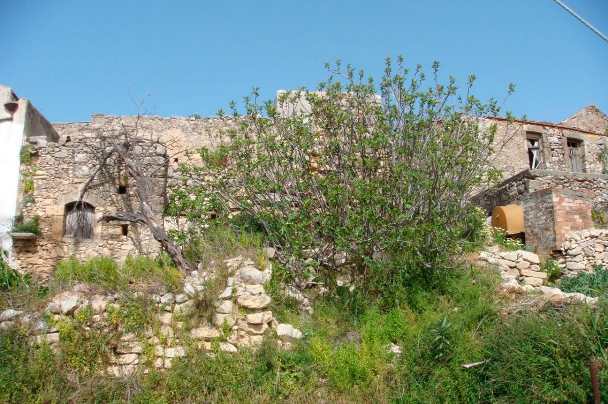 Εικ. 13. Ερείπια μεσαιωνικού πύργου στη συνοικία «Πύργος» Αμνάτου (φωτ. Χ. Στρατήγης).