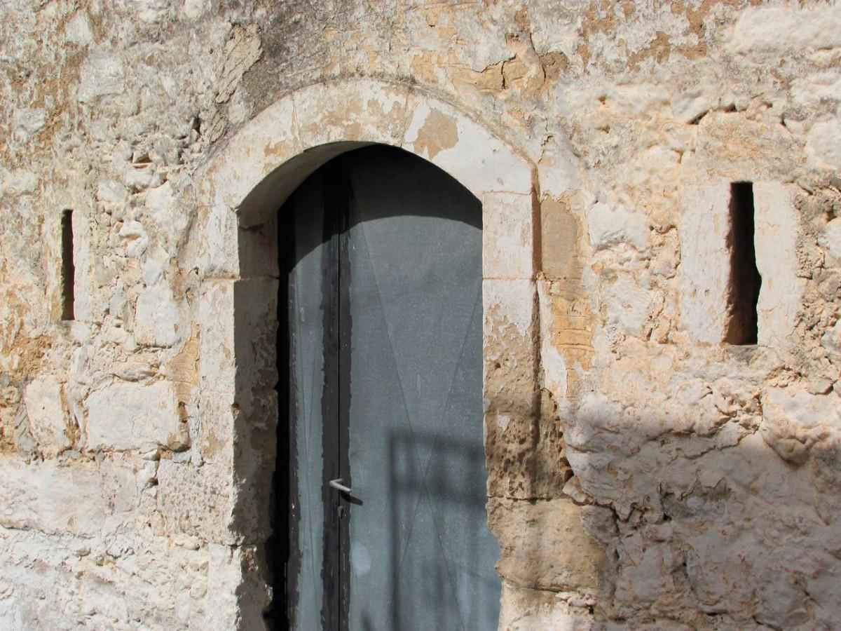 Εικ. 14. Το σπίτι του Καπετάν Βλαστού με τις πολεμίστρες (φωτ. Χ. Στρατήγης).