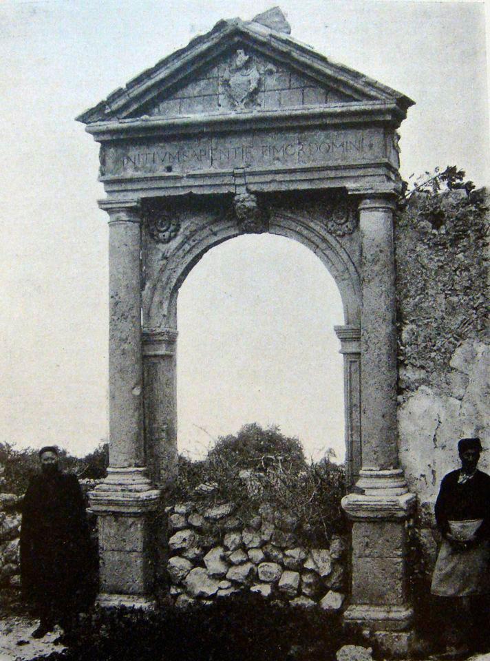 Εικ. 16. Η «Πύλη της Αμνάτου» φωτογραφημένη από τον G. Gerola (Gerola 1917, σ. 281-182).