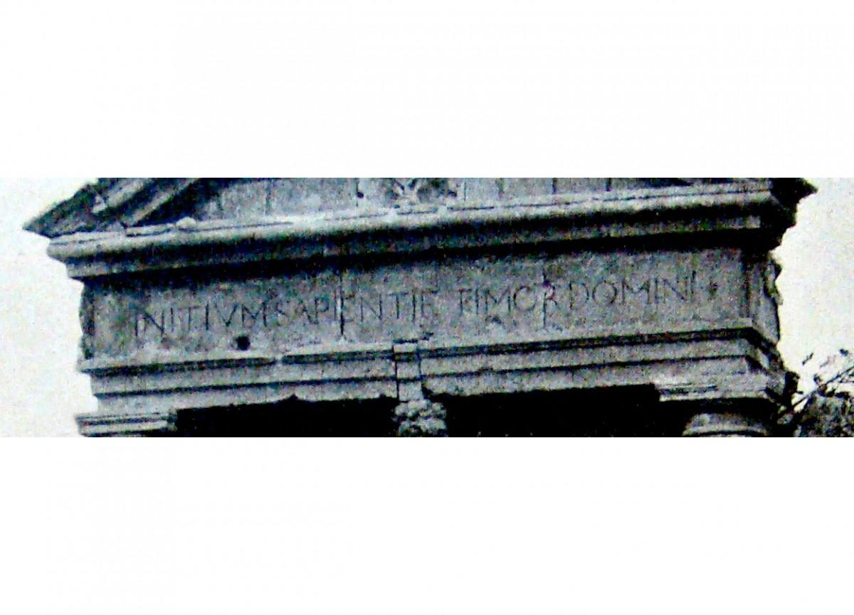 Εικ. 17. Η επιγραφή της πύλης (λεπτομέρεια από Gerola 1917, σ. 281-182).