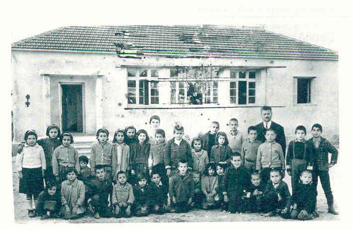 Εικ. 26. Το Δημοτικό Σχολείο Αμνάτου κατά το σχολικό έτος 1967-1968 (Μπροτζάκη-Σκάρπα 2006, σ. 170).