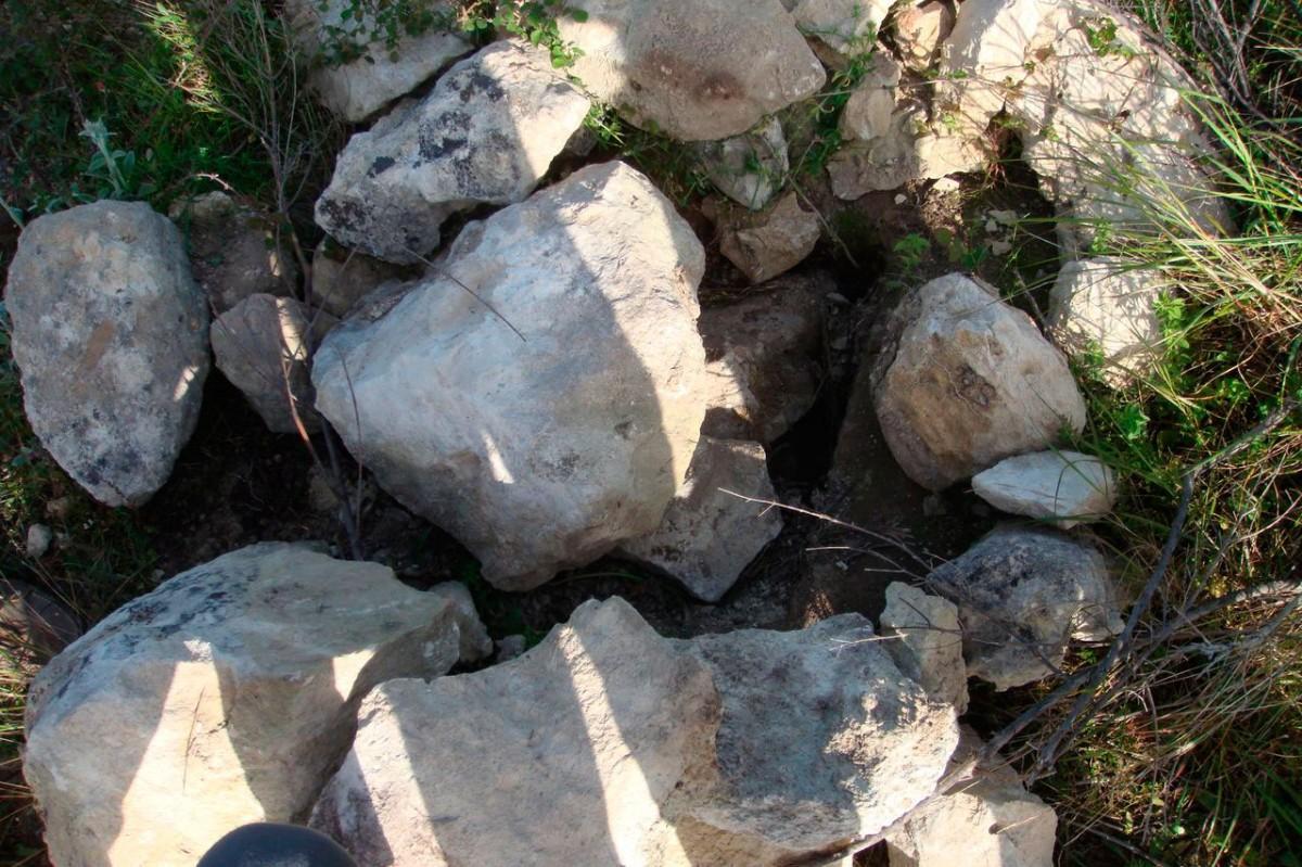 Εικ. 8. Συλημένος κιβωτιόσχημος τάφος στα «Περισσάκια» (φωτ. Μ. Μιλιδάκης).