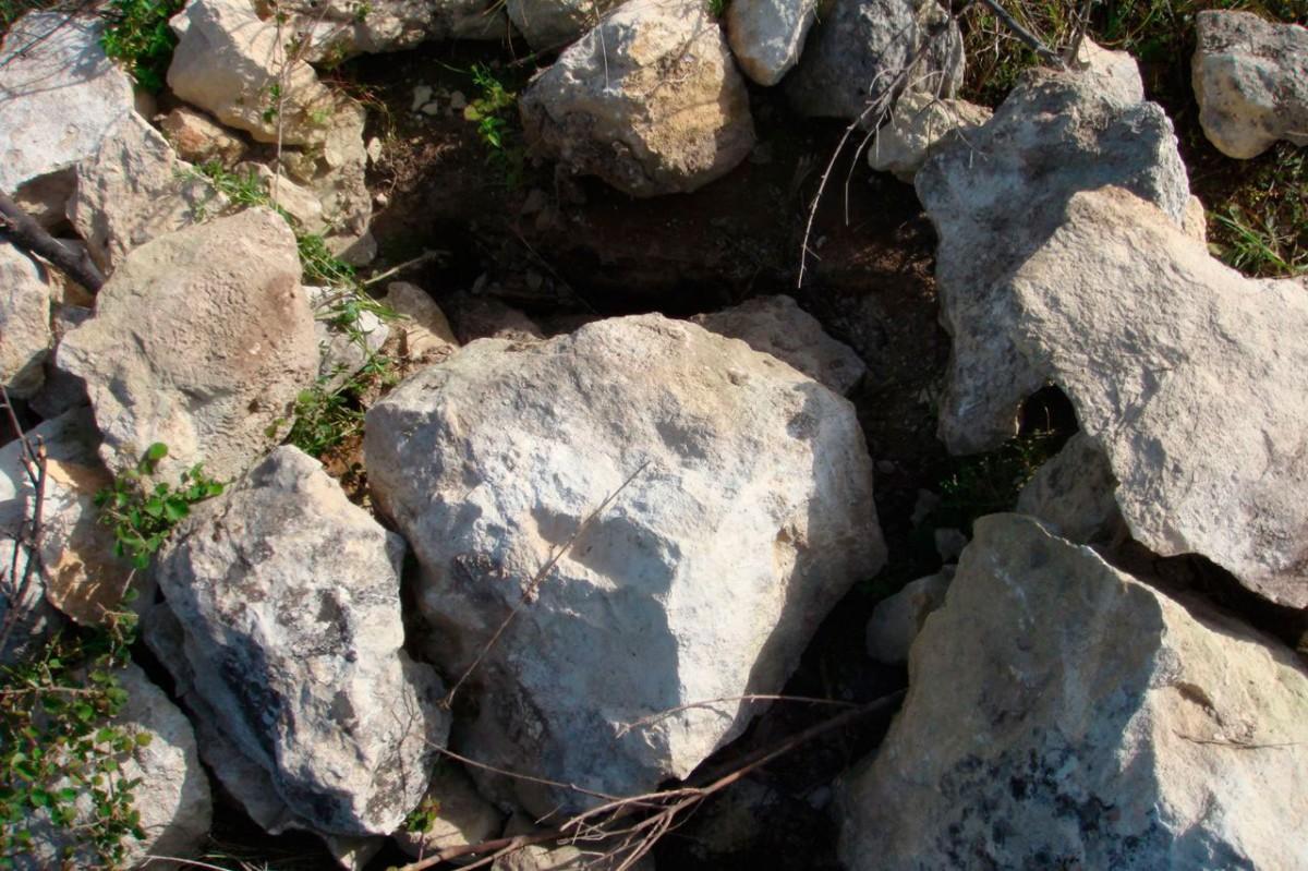 Εικ. 9. Συλημένος κιβωτιόσχημος τάφος στα «Περισσάκια» (λεπτομέρεια, φωτ. Μ. Μιλιδάκης).