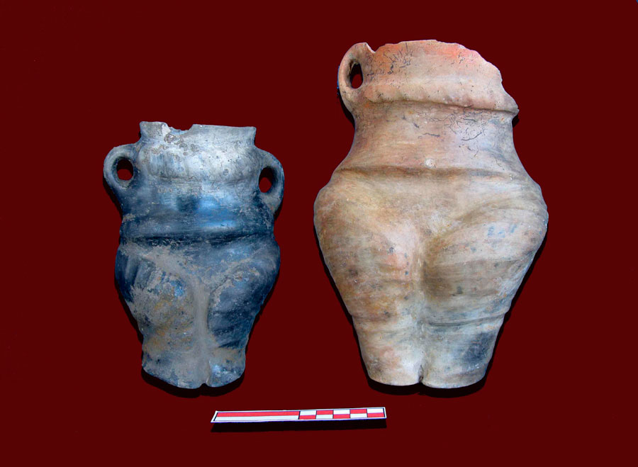 Ανθρωπόμορφα αγγεία που βρέθηκαν κοντά στον φούρνο και στην εστία της κεντρικής κατοικίας στον οικισμό του Λιμνοχωρίου ΙΙΙ (4500-3100 π.Χ.) (φωτ.: ΚΘ' ΕΠΚΑ).