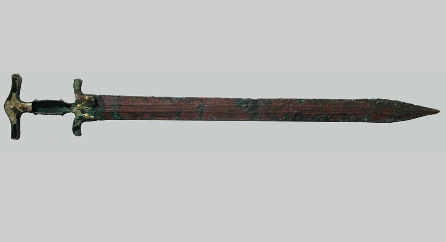 Ορειχάλκινο χρυσόηλο ξίφος από τον Τύμβο IV του τομέα ΙΙ (11ος αι. π.Χ.). Νεκρόπολη της Εποχής του Σιδήρου στον Άγιο Παντελεήμονα Αμυνταίου Φλώρινας (φωτ.: ΚΘ' ΕΠΚΑ).