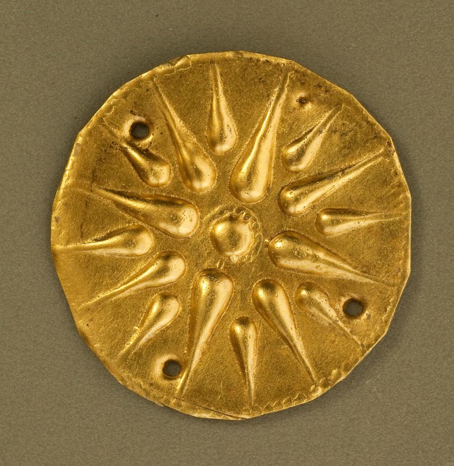 Χρυσό δισκάριο, με το χαρακτηριστικό αστέρι, που εντοπίστηκε σε τάφο στις Αιγές (φωτ. ΙΖ' ΕΠΚΑ).