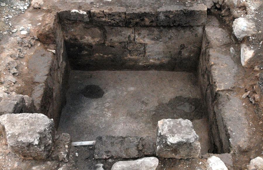 Λιθόκτιστος κιβωτιόσχημος τάφος που ήρθε στο φως στις Αιγές (φωτ. ΙΖ' ΕΠΚΑ).