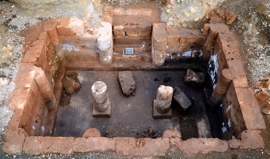 Υπόστυλος τάφος που ήρθε στο φως στις Αιγές (φωτ. ΙΖ' ΕΠΚΑ).