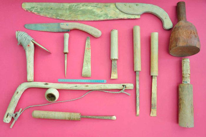 Εργαλειοθήκη μυκηναίου ναυδόμου αποτελούμενη από ανακατασκευασμένα εργαλεία (φωτ. Έλενα Μαραγκουδάκη).