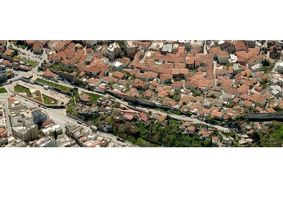 Εικ. 1. Αεροφωτογραφία του υπό μελέτη τμήματος των τειχών. Διακρίνονται οι δύο οικιστικές περιοχές που διαχωρίζονται από το τείχος: ο οικισμός της Άνω Πόλης-Δήμος Θεσσαλονίκης (πάνω) και η περιοχή της Καλλιθέας-Δήμος Συκεών (κάτω). Πηγή: www.livemaps.com.