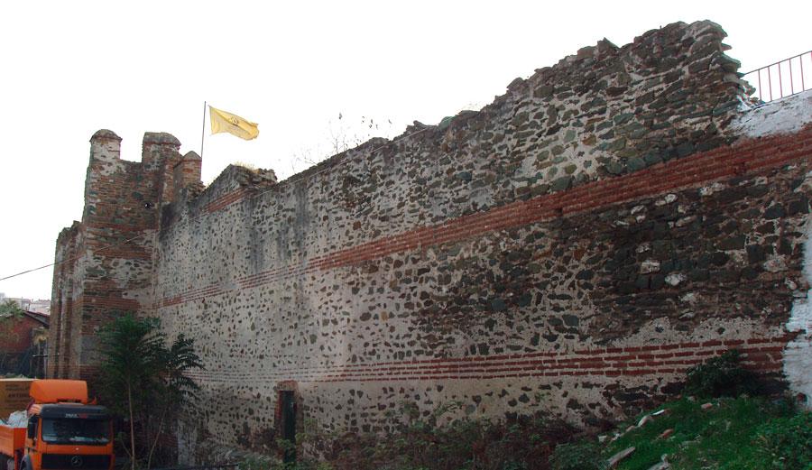 Εικ. 2. Άποψη του υπό μελέτη τμήματος των βορειοδυτικών τειχών από την πλευρά του Δήμου Συκεών. Πηγή: Αρχείο ομάδας μελέτης.