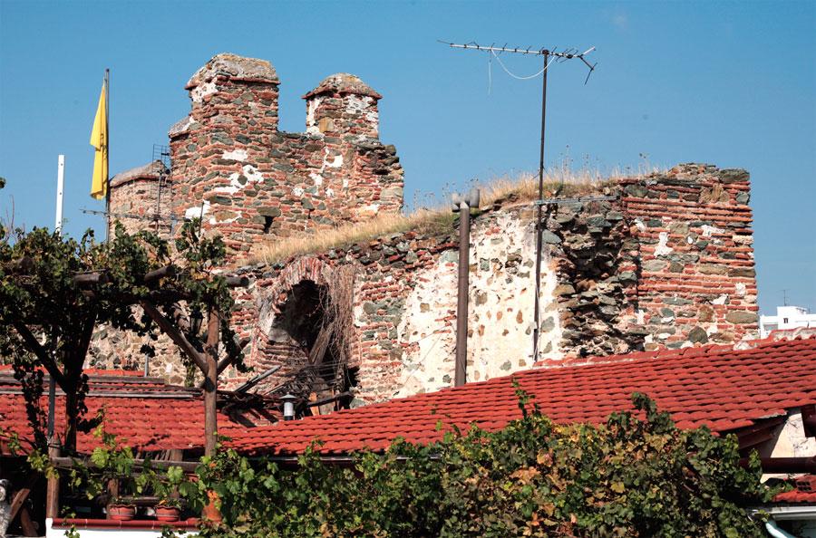 Εικ. 5. Άποψη από την Άνω Πόλη όπου φαίνονται τα προσκολλημένα στα τείχη κτίσματα. Πηγή: Αρχείο ομάδας μελέτης.