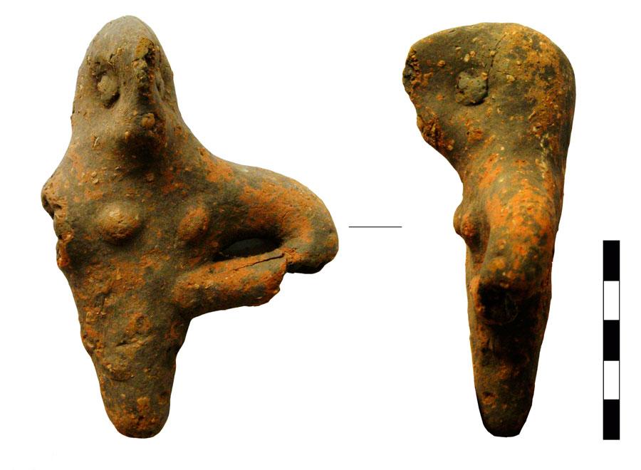 Εικ. 1. Κεφαλή με επάνω κορμό ανθρώπινου ειδωλίου. Ιερό Κορυφής Βρύσινα (ανασκ. Κ. Δαβάρα 1972-73), ΑΑ 1658.
