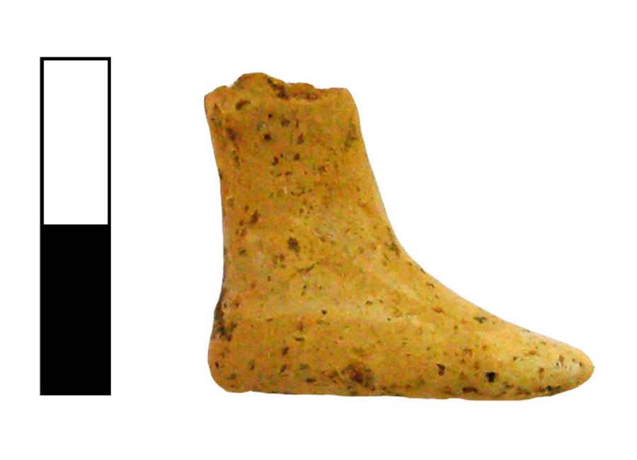 Εικ. 13. Άκρο πόδι ειδωλίου ανθρώπινης μορφής με γραπτή απόδοση μελανόφαιου σανδαλιού στο λευκό του δέρματος. Ιερό Κορυφής Βρύσινα (ανασκ. Κ. Δαβάρα 1972-73), ΑΑ 1041.