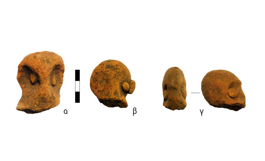 Εικ. 5. Κεφαλές ανθρωπόμορφων ειδωλίων με αδροκαμωμένα χαρακτηριστικά προσώπου. Ιερό Κορυφής Βρύσινα (ανασκ. Κ. Δαβάρα 1972-73): α) ΑΑ 800, β) ΑΑ 799, γ) ΑΑ 820.