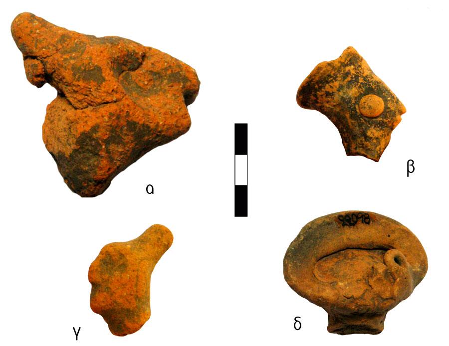 Εικ. 7. Κεφαλές ειδωλίων ανθρώπινων μορφών με διαφορετικές καλύπτρες. Ιερό Κορυφής Βρύσινα (ανασκ. Κ. Δαβάρα 1972-73): α) Οξύληκτο συμπαγές κάλυμμα-σκούφος (πίλος), ΑΑ 54, β) Ανεστραμμένο κωλουροκωνικό καπέλο (πόλος), ΑΜΡ 21883, ΑΑ 1168, γ) Διαμόρφωση σε σχήμα κότσου (κρώβυλος), ΑΑ 1346.