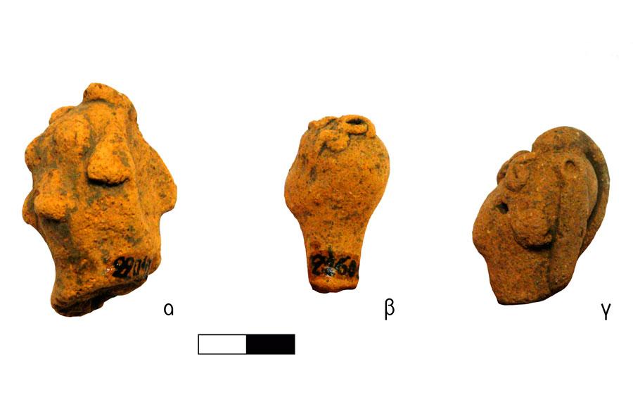 Εικ. 8. Κεφαλές ειδωλίων ανθρώπινων μορφών με βοστρύχους. Ιερό Κορυφής Βρύσινα (ανασκ. Κ. Δαβάρα 1972-73): α) Τούφες μαλλιών σε ξυρισμένο κεφάλι, ΑΜΡ 22042, ΑΑ  1157, β) Συστάδα ελισσόμενων βοστρύχων στην κορυφή, ΑΜΡ 21602, ΑΑ 1160, γ) Βοστρυχωτή φράντζα και ταινιωτοί βόστρυχοι πίσω, ΑΜΡ 21912, ΑΑ 1261.