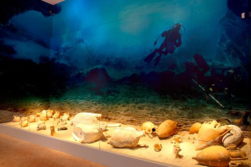 Άποψη της περιοδικής έκθεσης «Το Ναυάγιο των Αντικυθήρων. Το Πλοίο – οι Θησαυροί – ο Μηχανισμός» που παρουσιάζεται στο Εθνικό Αρχαιολογικό Μουσείο.