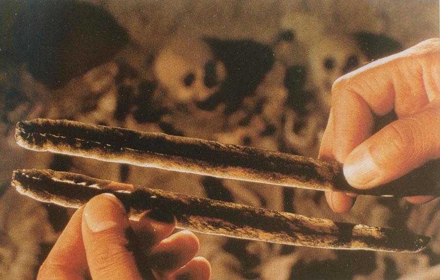 Εικ. 10.  Μακρές λεπίδες (neximalitztli) από οψιανό (itztli) του πολιτισμού των Τεοτιουάκαν (Μεξικό) αποσπασμένες μέσω κατάλληλου συμπιεστή (itzcolotli) με πίεση (200-500 μ.Χ.) (Stuart 1998, σ. 113).