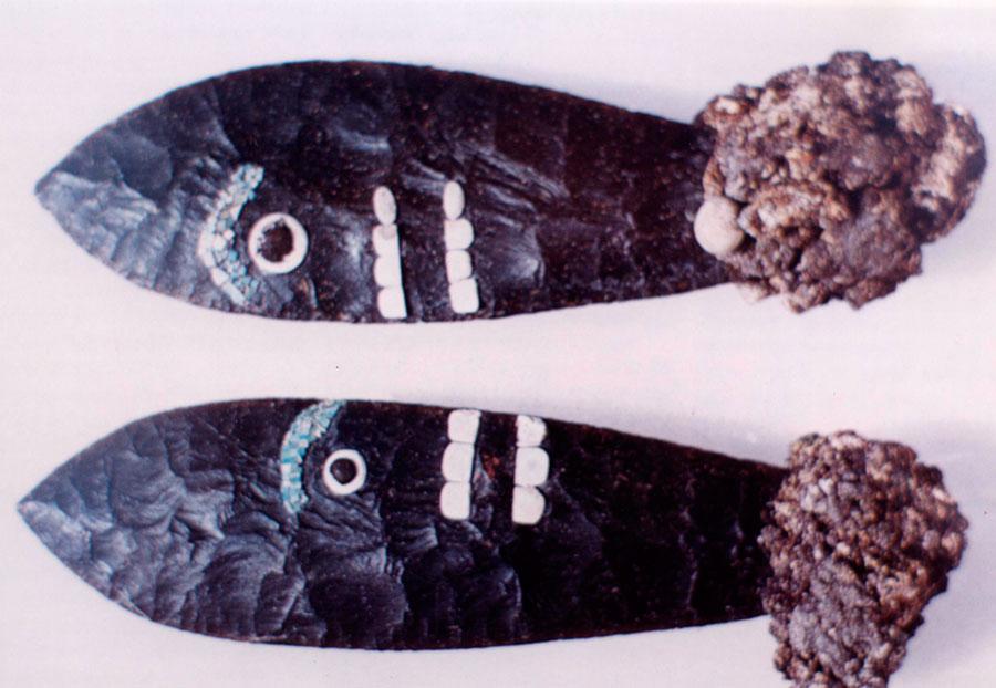 Εικ. 11. Αζτέκικα μαχαίρια (tecpatl) οψιανού (15ος αι. μ.Χ.), στολισμένα με σεντέφι (μάργαρο), τυρκουάζ, κοπάλι και αιματίτη, μήκους 27 εκ. από τον αποθέτη του Μεγάλου Ναού (Μεξικό), κατασκευασμένα σχεδόν εξ ολοκλήρου με κρούση από μαλακό κρουστήρα και τελικό φινίρισμα με πίεση (Moctezuma κ.ά. 1988, σ. 75, εικ. 232-233).