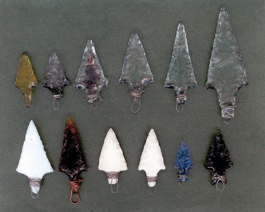 Εικ. 23. Σύγχρονες αιχμές βελών από γυαλί και πορσελάνη κατασκευασμένες με την τεχνική της πίεσης (Πειραματική Αρχαιολογία).