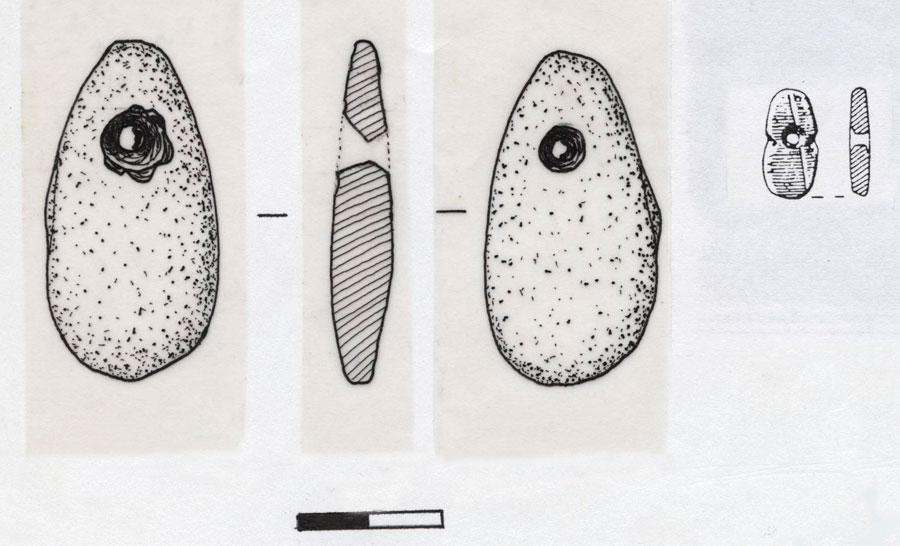 Εικ. 12. Σχέδιο του περιάπτου με ασύμμετρο αμφικωνικό ή κλεψυδροειδές τρήμα που κατασκευάστηκε στο πλαίσιο της Πειραματικής Αρχαιολογίας σε σύγκριση με παρεμφερές αρχαιολογικό αντικείμενο: ψήφος από διάτρητη και εγχάρακτη πεπλατυσμένη κροκάλα της Άνω Παλαιολιθικής από την Καστρίτσα (Coles & Higgs 1969: 336, εικ. 132, 6).