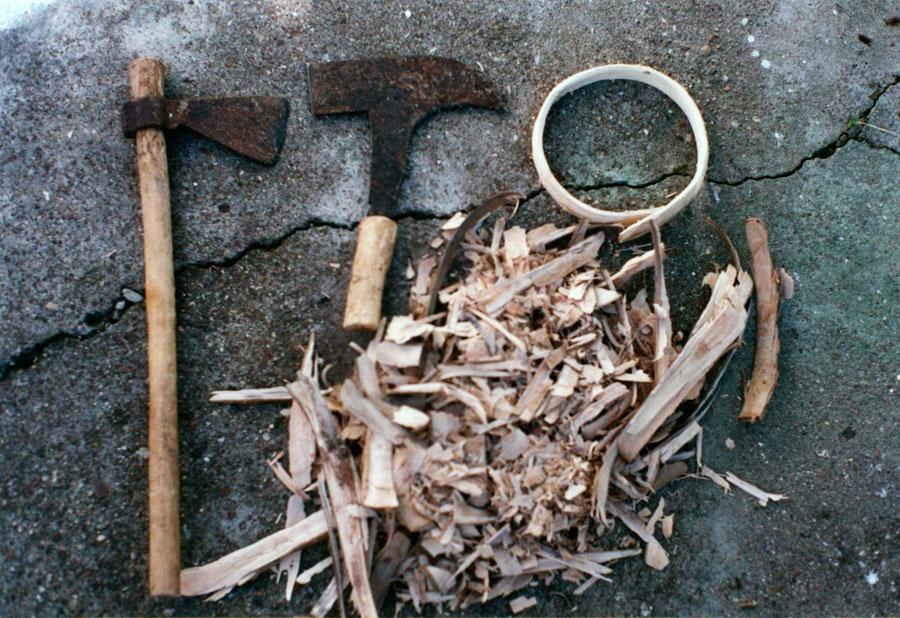 Εικ. 15. Τα εργαλεία (παραδοσιακό τσεκούρι και κλαδευτήρι από την Ηλεία), τα άπεργα και το τελικό προϊόν της παραγωγικής διαδικασίας που αποσκοπεί στην κατασκευή ξύλινου κόθρου (ζεύγλας) (Πειραματική προσέγγιση).