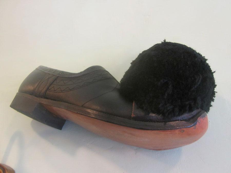 Τα τσαρούχια είναι χειροποίητα υποδήματα, από δέρμα μοσχαριού κυρίως, ώστε να είναι πολύ ανθεκτικά (φωτ. ΑΠΕ-ΜΠΕ).
