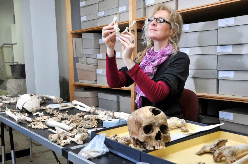 Η αρχαιολόγος Μαρίτα Γκενέσις στον τόπο εργασίας της.